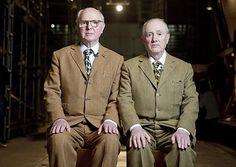 Os artistas Gilbert Proesch (à esq.) e George Passmore, que formam a dupla performática Gilbert & George, em encontro em SP