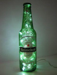 Luminária produzida com garrafa de vidro da marca Heineken, cerveja apreciada em mais de 170 países.    Além de original, a luminária é duplamente sustentável: a garrafa é um material reciclado e o LED consome menos energia e tem vida útil bem mais longa do que as lâmpadas comuns.    Ideal para cabeceiras, estantes e escrivaninhas. Combina também com ambientes comerciais como lojas, bares e restaurantes.    Detalhes:  - São 50 microlâmpadas brancas de LED que permitem uma boa iluminação…