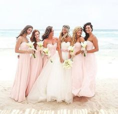 Noiva e madrinhas na praia