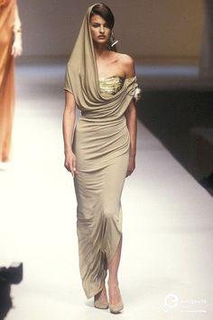 Lanvin S& 1990 Model: Linda Evangelista Party Fashion, 90s Fashion, Runway Fashion, Fashion Models, High Fashion, Fashion Show, Vintage Fashion, Fashion Outfits, Givenchy
