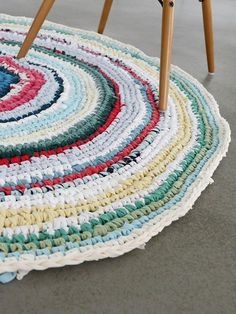 DIY tutorial: Crochet a Rug From Upcycled T-Shirts via DaWanda.com