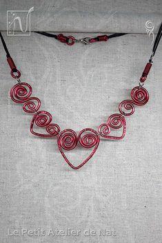 Collier « Coeur passionné» version 1.0 - Réalisation [ Fait-Main ] avec du fil d'aluminium (Ø2 et Ø0,8). Le fermoir stylisé est en acier inoxydable et aluminium, tous deux métaux hypoallergéniques. Ce collier est fait de plusieurs coeurs liés entre eux pour suivre agréablement le mouvement. Deux arabesques à la forme de spirale viennent compléter chaque côté, agréablement. À la forme simple d'un coeur, des marques agrémentent les fils aluminium pour donner une finition plus délicate...