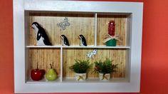 Quadro de cozinha tipo cenário, feito em madeira MDF, pintado com tinta PVA, envernizado e com vidros de proteção.Diversos papéis, flores artificiais,miniaturas de cerâmica,etc.