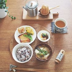 A perfect Japanese meal. Entree Recipes, Asian Recipes, Japanese Food Sushi, Food Presentation, Food Design, Healthy Cooking, My Favorite Food, Food Dishes, Food Inspiration