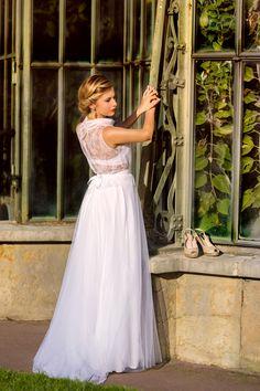 Ludivine Guillot, robe de mariée sur mesure à Lyon. Dentelle - transparence - tulle souple - bord dentelle - volant - col montant - chic - rétro - vintage - bohème - dos - wedding dress - bridal gown - lace - mariage - tendance 2017 2018