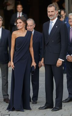 Letizia wows in navy gown as she joins King Felipe at the opera Queen Letizia of Spain looked stunning in a navy asymmetric gown as she joined husband Kin.Queen Letizia of Spain looked stunning in a navy asymmetric gown as she joined husband Kin. Elegant Dresses, Women's Dresses, Nice Dresses, Fashion Dresses, Formal Dresses, Royal Fashion, Look Fashion, Fashion Brand, Navy Gown