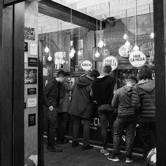 Waiting style #milano #candid #shop #streetfood #bars #bw #bnw #monochrome #blackandwhite #city #urban #nightlife #milanodesignweek #leica #leicaq #leicacamera #people #arancine #explore #wander