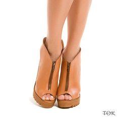 Nossa sandália com salto tratorado é a queridinha do momento. Conforto e estilo para essa sexta feira! #universotok