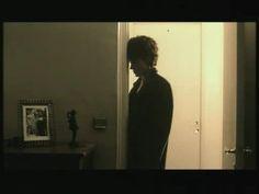 Alain Bashung, mon héros. Souvenir de sa mort, quelques jours à peine après celle de Michael Jackson, tout mon entourage chialait Jackson, moi je pleurais Bashung...