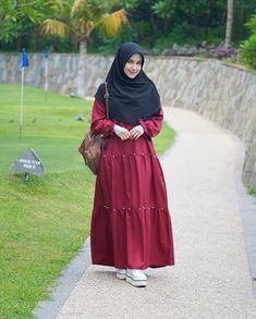 Image may contain: 1 person, standing and outdoor Niqab Fashion, Street Hijab Fashion, Hijab Style Dress, Casual Hijab Outfit, Girls Fashion Clothes, Fashion Outfits, Modele Hijab, Muslim Women Fashion, Outfit Look