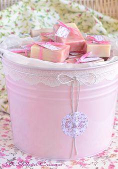 Detalles de boda, cubos decorativos con jabones. Son de colores variados. Los adornamos con encajes y cintas. En la imágen: cubo personalizado de color rosa con jabones de Jazmín. Para la boda de C & C.