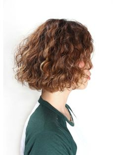 These wavy bob hairstyles truly are beautiful! Bob Haircut Curly, Wavy Bob Hairstyles, Haircuts For Long Hair, Fade Haircut, How To Curl Short Hair, Short Curly Hair, Curly Hair Styles, Pixie Cut Thin Hair, Short Hair With Layers