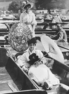Kittyinva: 1914 At the Henley Regatta, just two months before war was declared. So sad to look at now. From Inside the Vintage Hatbox, FB. Edwardian Era, Victorian Era, Vintage Pictures, Old Pictures, Henley Royal Regatta, Brollies, Vintage Glamour, Vintage Photography, Back In The Day
