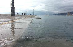 acqua alta sul Molo Audace a Trieste (Italia)