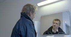 """El jefe de todo esto, Direktøren for det hele (The Boss of It All), 2006, Lars von Trier  """"Solo estuvimos casados 5 años, ¿o fueron 50?"""""""