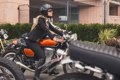 London Distinguished Gentleman's Ride 2015 #motorcyclesgirls #chicasmoteras | caferacerpasion.com