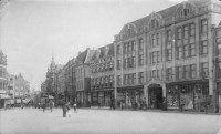Gezien vanaf de Kerkboog in de richting van de Korte Burchtstraat; rechts het pand van Vroom & Dreesmann (1916), daarnaast de Kledingzaak van Van Dijk & Witte; links daarvan de torenspits van het pand van Bahlmann - 1925.
