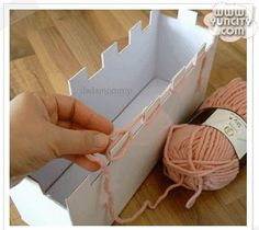 Este é da yuncity.com               Dá pra fazer com caixa de papelão, em casa mesmo.  Muito parecido com a técnica de tricô nos dedos, poré...
