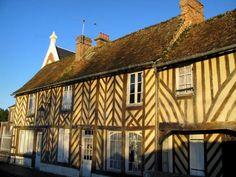 Beuvron-en-Auge - Maisons à pans de bois du village, dans le Pays d'Auge Region Normandie, Calvados, Destinations, Beaux Villages, Photos Du, Medieval, Cabin, House Styles, Renaissance