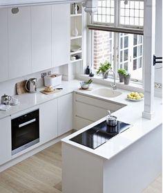 No necesitas una cocina enorme para que sea preciosa #cocinasdediseño #cocinasblancas #mueblesdecocinas