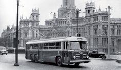Trolebús Vetra-Berliet de la línea 1 (Sol-El Viso) frente al Palacio de Comunicaciones en la Plaza de Cibeles, camino de Sol.