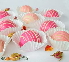 Fondant Glazed Bonbons with Rose Filling They can be made of caramel, nuts or dried fruits. They have a sweet, soft core coated with a layer of fondant. Fondant, Truffles, Cake Pops, Fudge, Projects To Try, Sweets, Candy, Baking, Eat