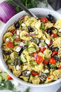 This Greek Tortellini Pasta Salad is loaded with veggies. Perfect side dish or m… This Greek Tortellini Pasta Salad is loaded with veggies. Perfect side dish or meal on its own. Best of all its easy to make and everyone will love it! Pasta Salad With Tortellini, Greek Salad Pasta, Soup And Salad, Cheese Tortellini, Lunch Boxe, Cooking Recipes, Healthy Recipes, Healthy Dishes, Healthy Meals