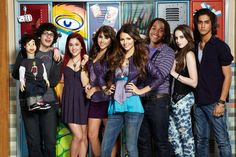Victoria Justice Tori Veg a Leon Thomas III Andre Harris Elizabeth Gillies J ade West Matt Bennett Robbie Shapiro Ariana G rande Cat Valentine Ava n Jogia Beck Oilver Dani ella Monet Trina Vega Victoria Justice, Victorious Nickelodeon, Hollywood Arts, Victorious Cast, Victorious Episodes, Tori Vega, Jade West, Nickelodeon Shows, Sam And Cat
