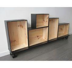 Un ensemble d'étagères avec des caisses à vins en bois - déco DIY