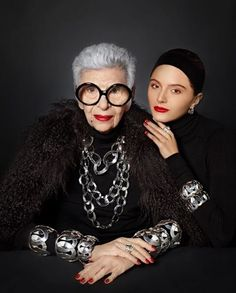 Fashion icon Iris Apfel is in Mexico City; her collection with TANE is the reason. 50 Y Fabuloso, Iris Fashion, Advanced Style, Aging Gracefully, Older Women, My Idol, Style Icons, Beautiful Women, Portraits