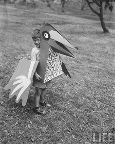 Un jouet d'oiseau fait pour porter pour les enfants par Charles Eames. Juin 1951.