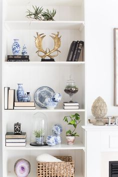 Color covers: how to use in decoration, tips and 60 photos - Home Fashion Trend Decor, White Bookshelf Decor, Shelf Decor Living Room, Bookshelf Decor, Living Room Decor, Decorating Shelves, Bookshelves In Living Room, Living Decor, Bookcase Decor
