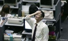 職場で嘆く男たち…金融危機の悲劇01