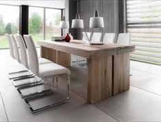 une table élégante en bois massif et des chaises blanches