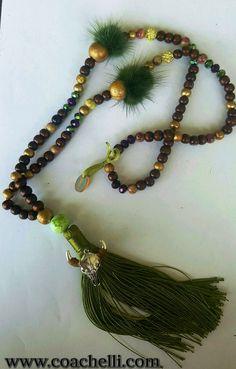 Sautoir court Hippie Boho chic +/- 57 cm de long en perles bois teintées marron et dorées , pierre de gemme( sea sediment et jade ) , perles strass, Perles de verre ,Pompon en fils de soie , p…