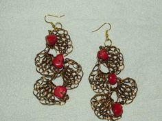 HANDMADE JEWELRY-Brinco em crochê de fio de metal, cobre esmaltado em ouro velho, bordado com pedras naturais( coral).