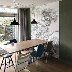 Fotobehang hoeft niet altijd op een hele muur. Hier bakent het behang het eetgedeelte visueel af. Slim en sfeervol. #kekamsterdam #behang #fotobehang #engravedflowers #ookopmaatverkrijgbaar