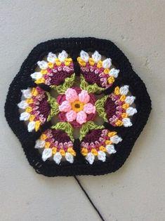 Frida's Flowers Blanket pattern by Jane Crowfoot - Crochet & Knitting - Diagrams. - Frida's Flowers Blanket pattern by Jane Crowfoot – Crochet & Knitting – Diagrams, Squares, St - Mandala Au Crochet, Crochet Diy, Crochet Motifs, Crochet Flower Patterns, Crochet Designs, Crochet Crafts, Yarn Crafts, Crochet Flowers, Crochet Projects
