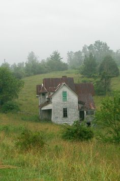 Abandoned in Rural Virginia, side view. photo by Bill Martell---Why why abandoned? Abandoned Farm Houses, Abandoned Property, Old Farm Houses, Abandoned Mansions, Old Buildings, Abandoned Buildings, Abandoned Places, Abandoned Vehicles, Abandoned Castles