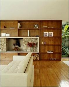 Pinheiros: Isay Weinfeld. Sala de Estar em Tons Naturais com Painel de Madeira