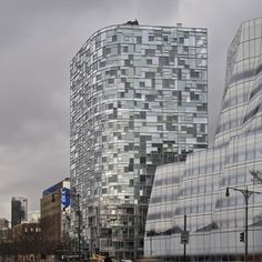 el juego entre el tamano, la forma y la posicion de los vidrios hace parecer que la edificacion esta echa por piezas que encajan