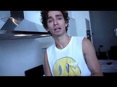 Robert Sheehan makes a Smoothie - YouTube