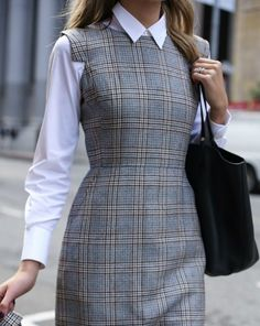 what to wear to fall winter interviews business formal workwear suit Business Formal Women, Business Casual Outfits For Work, Professional Outfits, Business Attire, Business Professional, Nyc Fashion, Fashion Models, Korean Fashion, Womens White Skirt