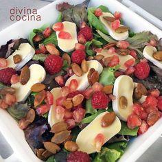 Esta ensalada de queso y frutos rojos es perfecta para mesas de fiesta. Puedes combinar las frutas a tu gusto según temporada, y sustituir los frutos secos por aquellos que más te gusten, almendras, avellanas, pistachos...