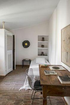 Dans ce mas provençal, le sol de la chambre est en vieille tomette.