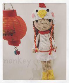 Andamos con retraso pero la muñeca del #retoganchilleromc de enero ya está lista estamos pasando el patrón en limpio y en breve estará en el blog con esta #muñeca #amigurumi celebramos el #añodelgallo que además es el mío  jajajaja ya sabéis que soy muy #asianlove  #chinesenewyear #rooster #roostergirl #amigurumidoll #crochet #crochetaddict #crochetlove #ganchillo #ganchillera #amigurumistas #monkeycraft