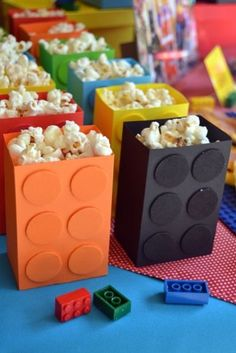 That's what the right food for a Lego party must look like! - Ninjago-Party Sam's B-Day - Lego Lego Ninjago, Ninjago Party, Lego Batman Party, Batman Birthday, Superhero Party, Deco Lego, Lego Themed Party, Lego Party Favors, Lego Party Decorations
