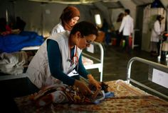A doctor checks a patient Iraqi girl at a hospital run by Medecins Sans Frontieres in Qayyara, Iraq April 6, 2017. REUTERS/Suhaib Salem