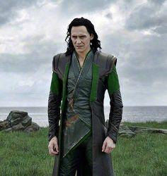 Loki in Thor Ragnarok Loki Marvel, Loki Thor, Tom Hiddleston Loki, Loki Laufeyson, Avengers, Loki Clothes, Loki Imagines, Husband Appreciation, Loki Wallpaper