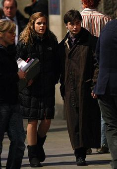 """The """"Actors in Puffy Coats on Set"""" series: a couple of young Hogwarts students (Emma Watson & Dan Radcliffe) Harry James Potter, Harmony Harry Potter, Saga Harry Potter, Daniel Radcliffe Harry Potter, Harry Potter Feels, Harry Potter Hermione Granger, Harry Potter Pictures, Harry Potter Aesthetic, Harry Potter Quotes"""